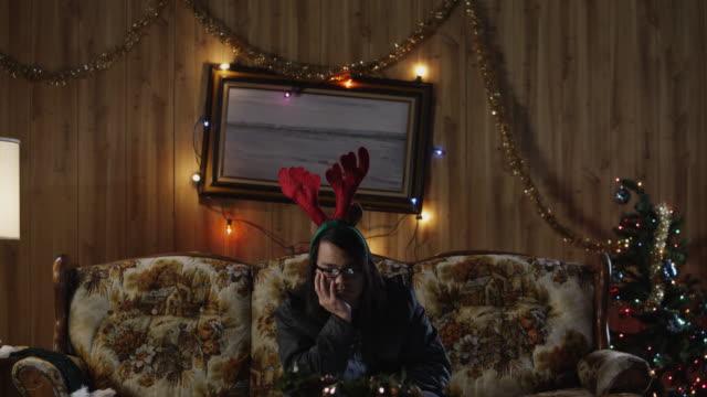 vídeos de stock e filmes b-roll de ms td man watching television in living room at christmas / orem, utah, usa - negativo tipo de imagem