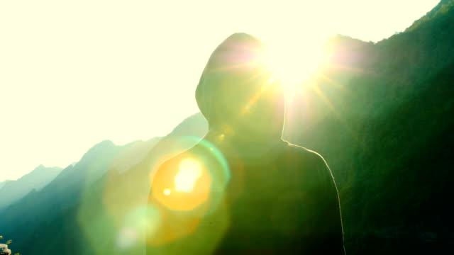 vidéos et rushes de homme regardant le coucher de soleil montagne - en haut
