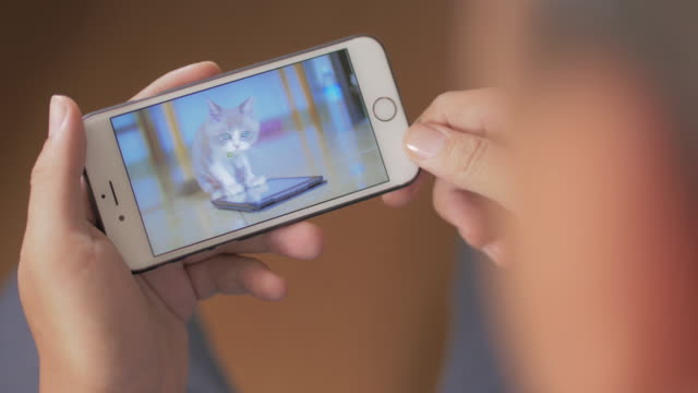 Man kijken naar Video op Smartphone, Close-up