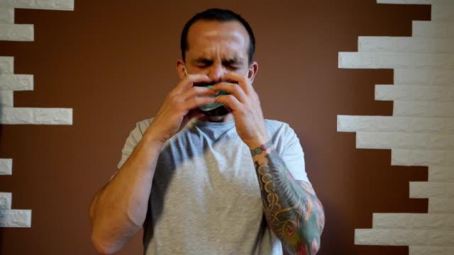vídeos de stock, filmes e b-roll de homem usando uma máscara desconfortável e tirando-a - esfregar tocar