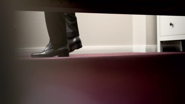 Mann trägt schwarze elegante Schuhe.
