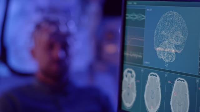 stockvideo's en b-roll-footage met mens die brainwave het scannen hoofdtelefoon draagt. - model gefabriceerd object
