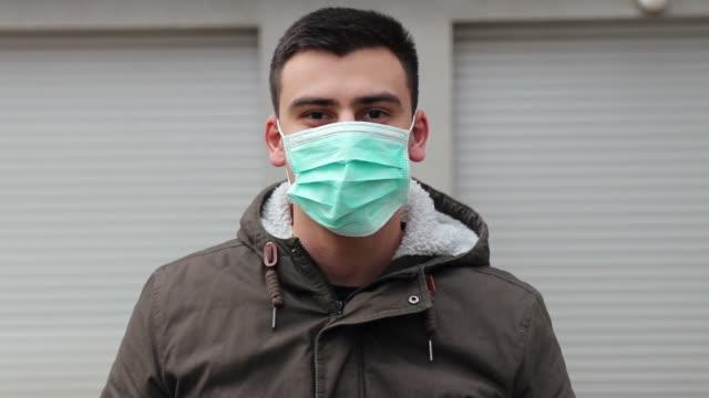man som bär ansiktsmask för skydd mot virus - slit och släng bildbanksvideor och videomaterial från bakom kulisserna