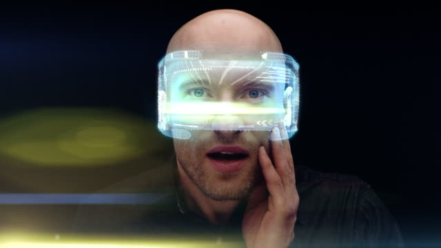 stockvideo's en b-roll-footage met man met holografische vr bril. gevoel verrast - kunstmatig
