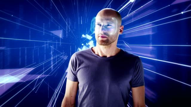 Mann mit holographischen virtual-Reality-Brille in digitale Tunnel. Virtuellen Realität zu erkunden