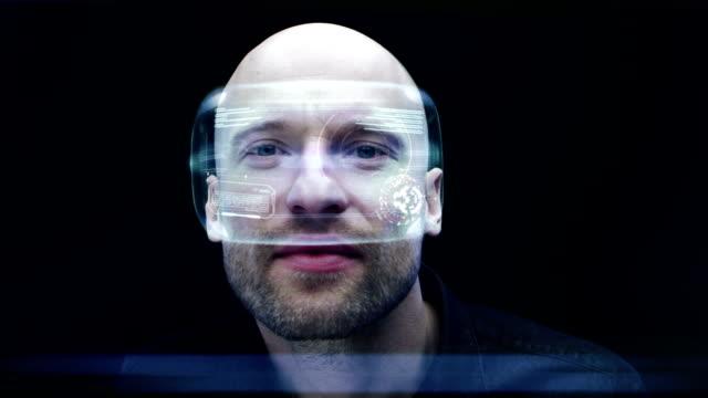 Mann mit holographischen virtual-Reality-Brille. Schaut sich um in der simulierten Realität