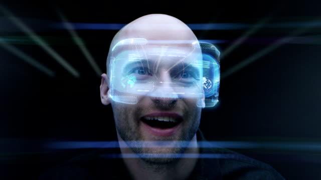 vídeos de stock, filmes e b-roll de homem usando óculos de realidade virtual holográfico. dando uma olhada na sala virtual - olhando ao redor