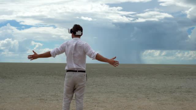 Man met virtuele google op woestijn