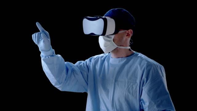 mann mit virtual-reality-brille während der medizinischen forschung - schutzhandschuh stock-videos und b-roll-filmmaterial