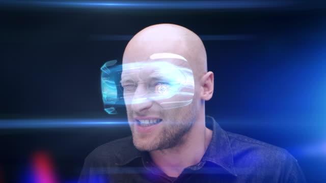 vidéos et rushes de homme portant des lunettes de réalité virtuelle froncer les sourcils et en fermant ses yeux regardant objet dégoûtant - casque téléphonique