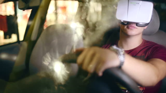 Mann mit virtual-Reality-Schutzbrillen und spielen Autorennen Spiel in seinem Auto während regnet