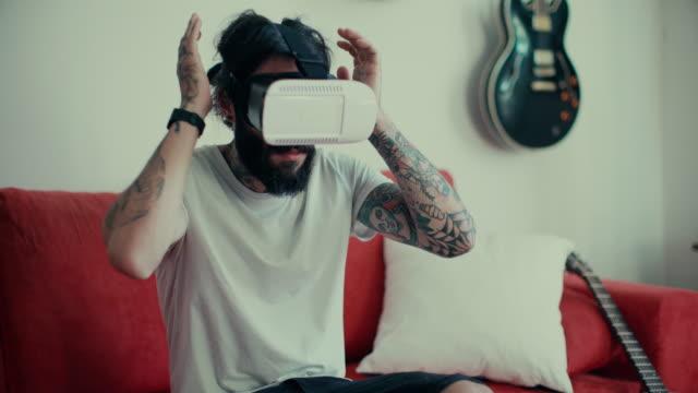 Uomo con Cuffia a casa di realtà virtuale
