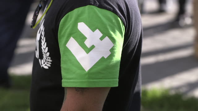 vídeos y material grabado en eventos de stock de man wears a shirt with a falanga, the symbol of the national radical camp during an ultranationalist demonstration in warsaw, poland on august 1,... - polonia
