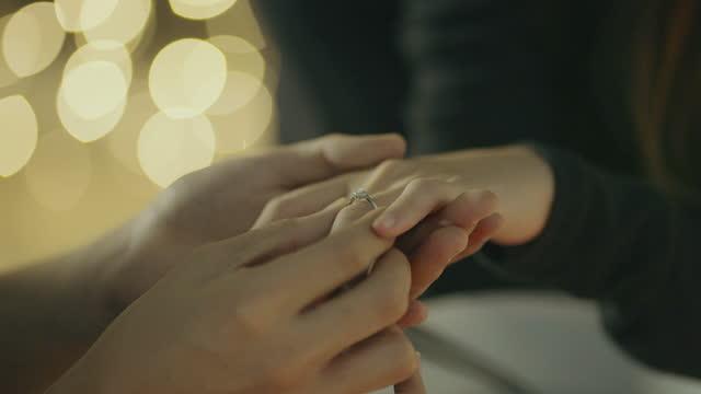 l'uomo indossa l'anello al dito della sua ragazza - boyfriend video stock e b–roll