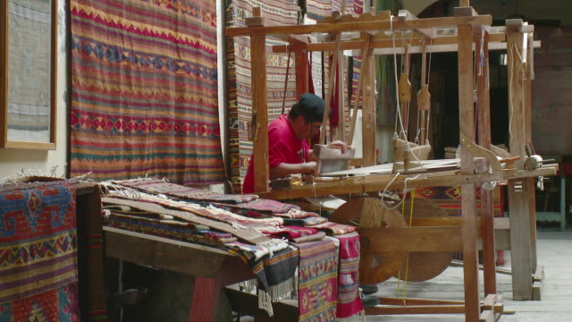 vidéos et rushes de ws man weaving in workshop / oaxaca, mexico - tisser