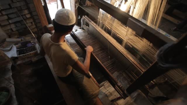 MS HA Man weaving on loom / India