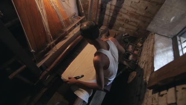 ms ha man weaving on loom / india - endast en medelålders man bildbanksvideor och videomaterial från bakom kulisserna