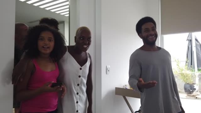 vídeos y material grabado en eventos de stock de hombre acogiendo famosamente a casa alquilada - alojamiento y desayuno