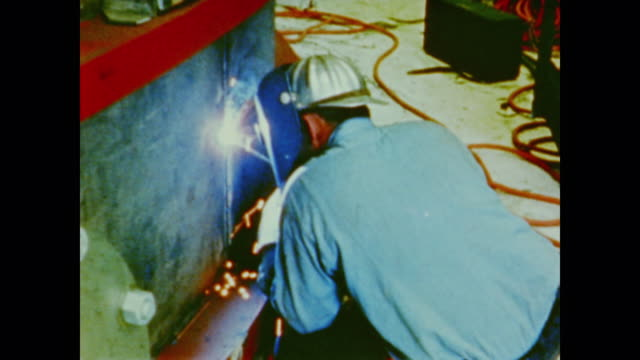 man welding apollo spacecraft - anno 1975 video stock e b–roll