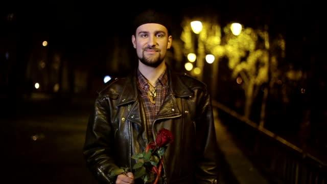 男の聖霊降臨祭のバラ、肖像画 - 年の差カップル点の映像素材/bロール