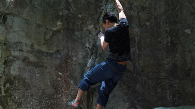 vidéos et rushes de homme qui boulder - boulder rock