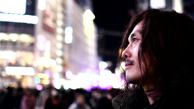 vídeos y material grabado en eventos de stock de a man who came to shibuya scramble crossing - mirar hacia arriba