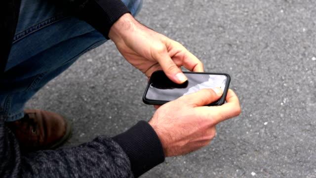 mannen med en bruten sprucken telefonskärm - trasig bildbanksvideor och videomaterial från bakom kulisserna