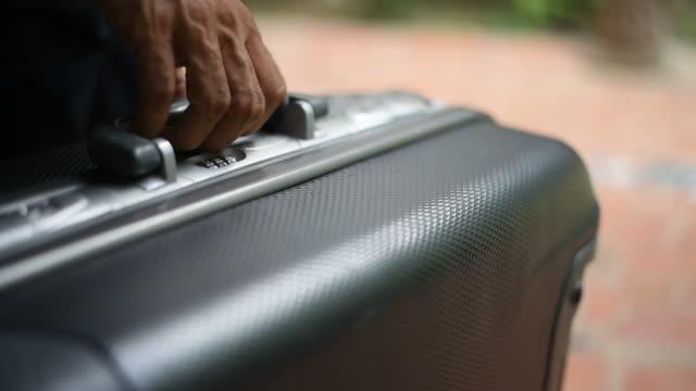 vidéos et rushes de un homme avec une valise. - valise