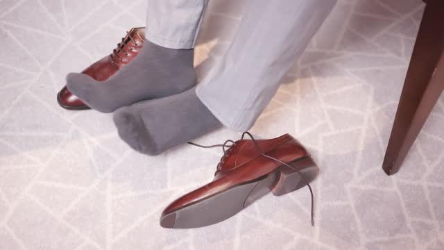 vídeos y material grabado en eventos de stock de hombre con pie de atleta - rayado dañado