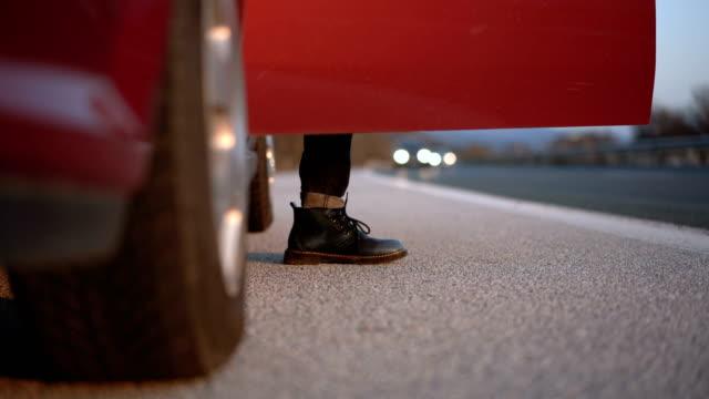 車から抜け出す斧を持つ男 - 降り立つ点の映像素材/bロール