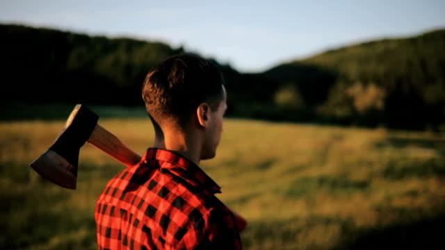 mann mit axt im wald - holzfäller stock-videos und b-roll-filmmaterial