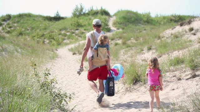 ws man with baby on his back walk with his daughter along on sandy trail / toronto, ontario, canada - kelly mason videos 個影片檔及 b 捲影像