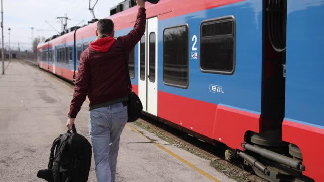 vidéos et rushes de homme avec le sac à dos courant pour attraper un train - passenger train