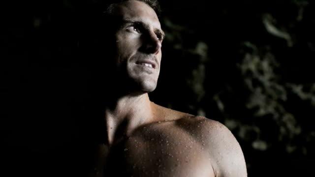 vídeos de stock, filmes e b-roll de homem com bare peito olhando ao redor do - músculo humano