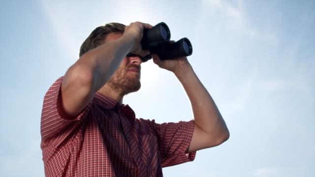 stockvideo's en b-roll-footage met man with binoculars - verrekijker
