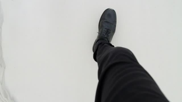 vídeos de stock, filmes e b-roll de slo mo ms pov ha man with black pants and shoes walking through sand / jacksonville, florida, usa - ponto de vista de caminhada