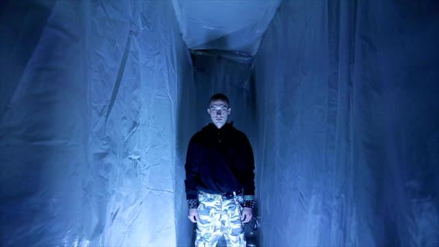 vidéos et rushes de homme aux yeux bleus est effrayant dans un petit espace restreint - one man only