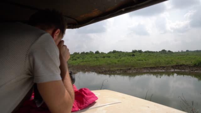 vídeos y material grabado en eventos de stock de ms man con cámara fotografiar naturaleza de vehículo de safari, sri lanka - safari