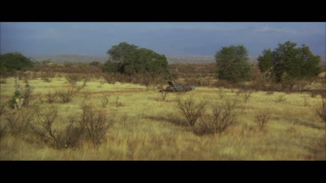vídeos de stock e filmes b-roll de ws pov man with car in desert - formato letterbox