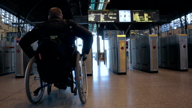vídeos de stock e filmes b-roll de man with disability at station - stock video - disability