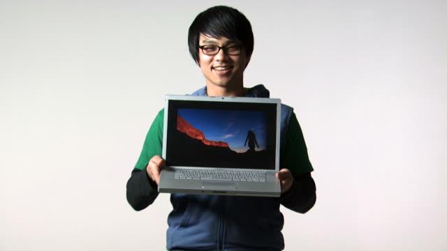 man with eyeglasses and laptop smiling - andere clips dieser aufnahmen anzeigen 1161 stock-videos und b-roll-filmmaterial