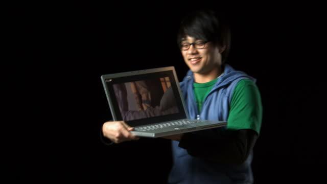 vídeos y material grabado en eventos de stock de man with eyeglasses and laptop smiling - vea otros clips de este rodaje 1161