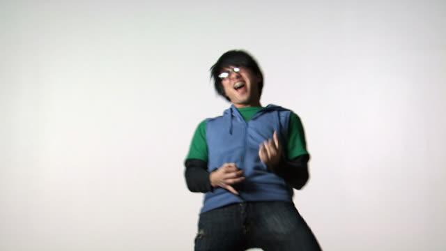 vídeos y material grabado en eventos de stock de man with eyeglasses dancing - vea otros clips de este rodaje 1161
