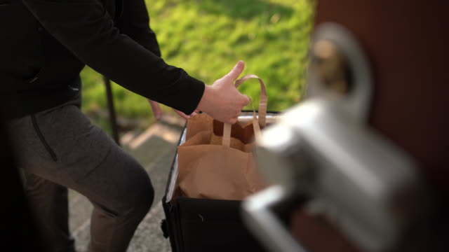 vidéos et rushes de homme avec le masque de visage affichant la nourriture - donner