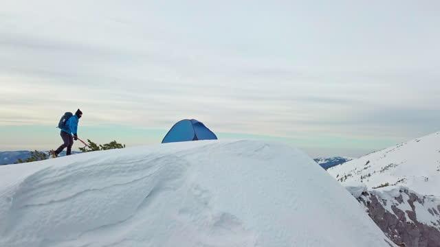 man med isyxa firar framgång på att nå toppen av snöigt berg - standing bildbanksvideor och videomaterial från bakom kulisserna