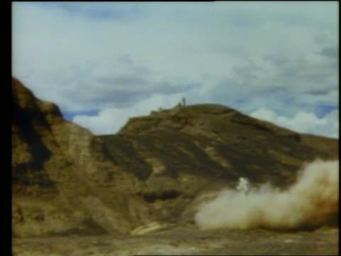 man with jet pack taking off in cloud of smoke. - mindre än 10 sekunder bildbanksvideor och videomaterial från bakom kulisserna