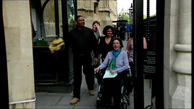 stockvideo's en b-roll-footage met man with 'locked-in syndrome' wins right to court case; july 2009 - t30070914 house of lords: ext debbie purdy along in wheelchair with husband omar... - puente