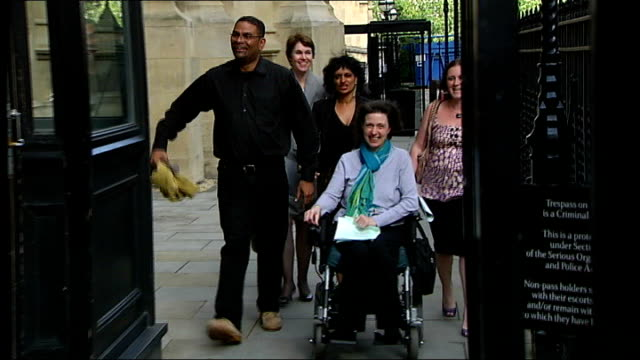 stockvideo's en b-roll-footage met man with 'locked-in syndrome' wins right to court case; july 2009 london: house of lords: ext debbie purdy along in wheelchair with husband omar... - puente