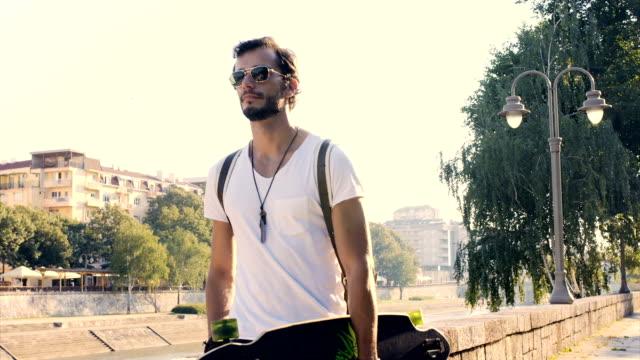 mann mit-longboard zu - männliche person stock-videos und b-roll-filmmaterial