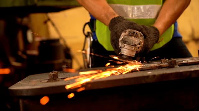 vídeos de stock, filmes e b-roll de homem com máquina para moagem - serra circular